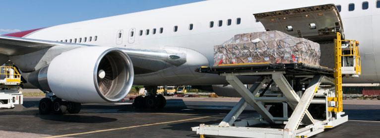 charger une cargaison dans un avion à l'aide d'une appareil de levage